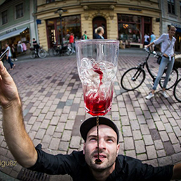 Showbarkeeper und Löfel Trick- Balancieren einer Glas
