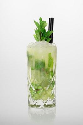 Mojito Cocktail: Weißer Rum, Brauner Rohrzucker, Frischer Limettensaft, Minzblätter, Sprudelwasser.