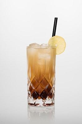 Long Island Iced tea: Vodka, Gin, Rum, Tequila, Triple sec, Zitronensaft, Zuckersirup, Cola.