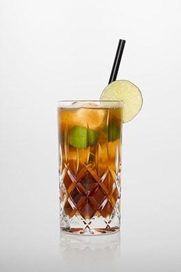 Cuba libre: weißer Rum, Cola, frischer Limettensaft.