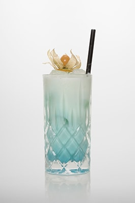 Swimming Pool Cocktail: Vodka, Rum, Blue Curacao, Sahne, Kokossirup, Ananassaft.