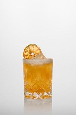 Amaretto Sour Cocktail: Amaretto, Zuckersirup, frischer Zitronensaft.