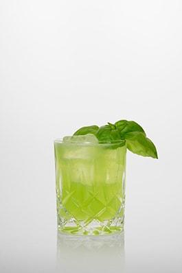 Gin Basil Smash: Gin, Zitronensaft, Zuckersirup, Frischer Basilikum.