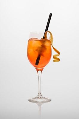 Aperol Spritz: Aperol, Prosecco, Orangenscheibe
