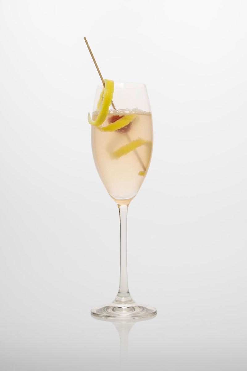 French 75: Gin, Triple sec, Zitronensaft, Zitronenschale, Kirsche