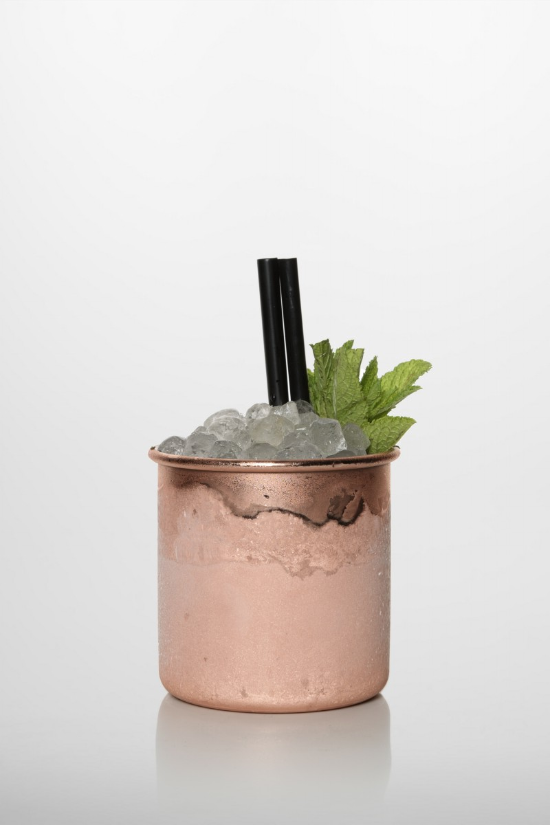 Mint Julep Cocktail: Bourbon Whiskey, frischer Limettensaft, Zuckersirup, Minzblätter.