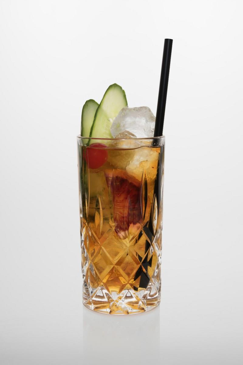 Pimm's cup: Pimm's Likör, Ginger Ale, Gurke, Kirsche, Orangenscheibe