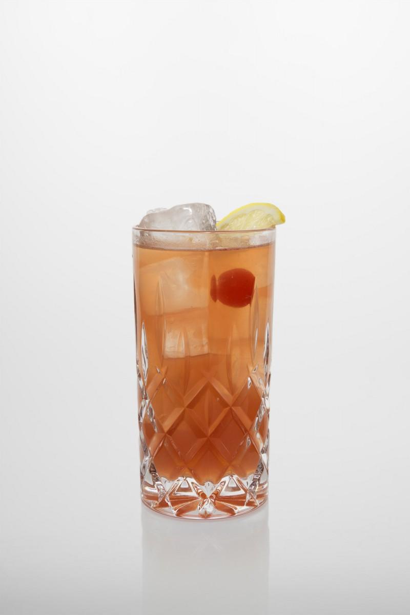 Singapore Sling Cocktail: Gin, Kirschlikör, frischer Zitronensaft, Zuckersirup, Angostura, Sprudelwasser.