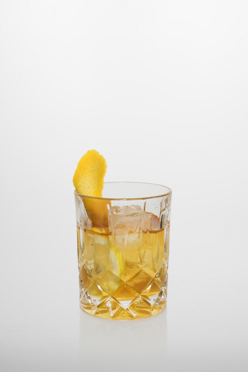 Rezeptur old Fashioned: Whiskey, Würfel Zucker, Angostura bitter, Orangen- & Zitronenschale.