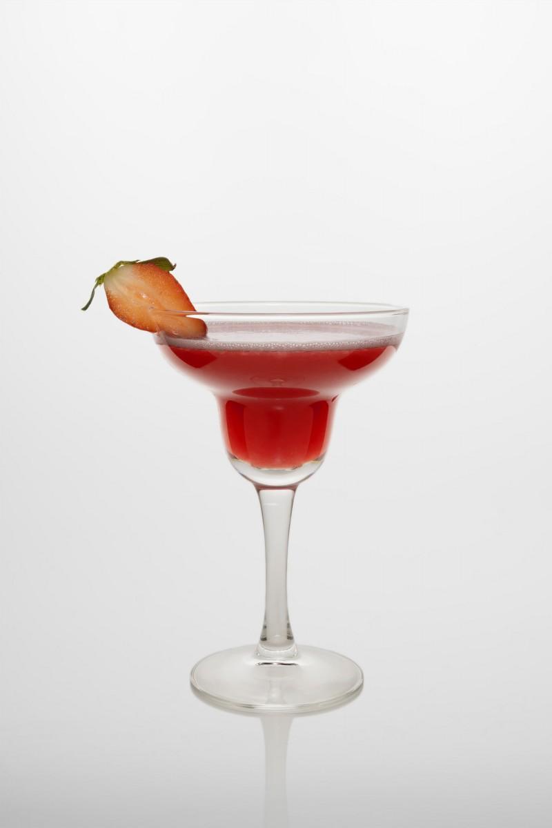 Strawberry Margarita Cocktail: Tequila, Triple sec, Erdbeerpüree, Limettensaft.