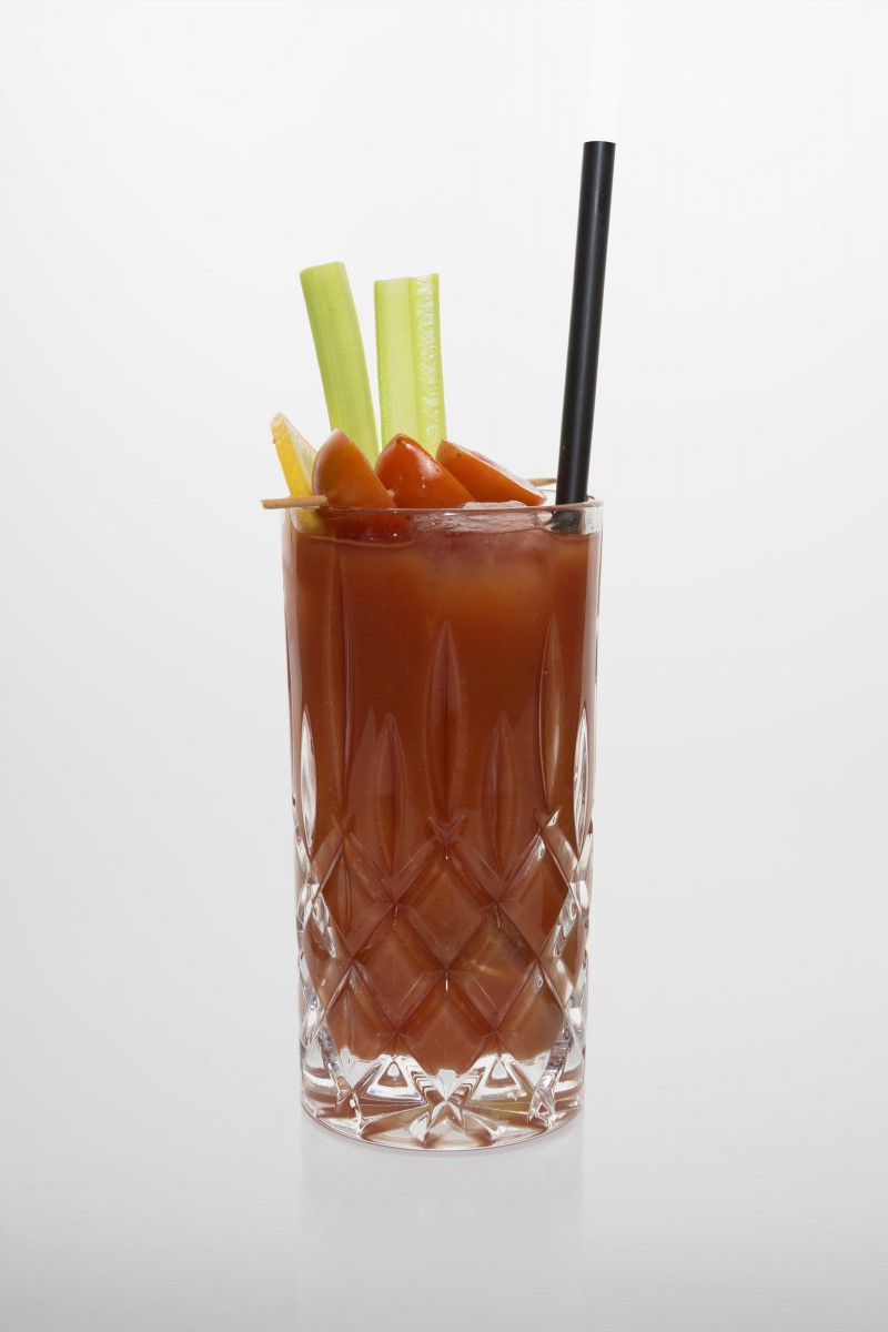 Bloody Mary: Vodka, Tomatensaft, Zitronensaft, Worcestershiresauce, Worcestershiresauce, Selleriesalz, Pfeffer