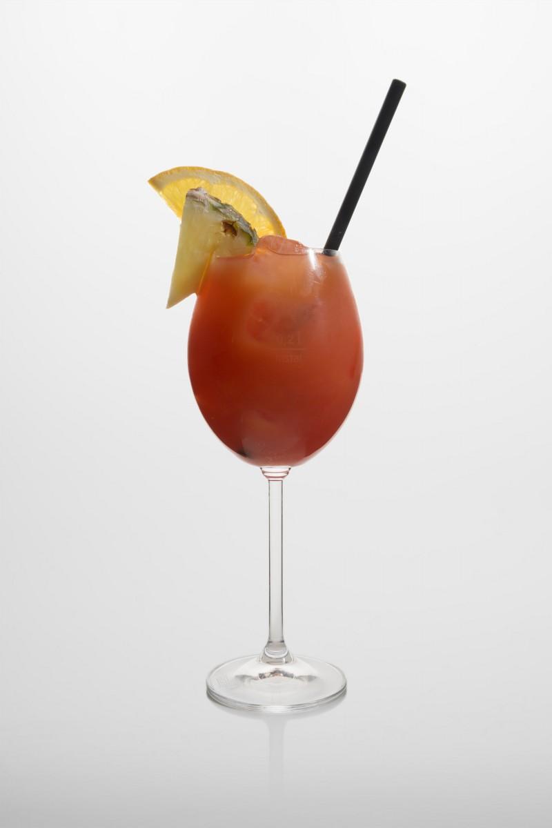Hurricane: brauner Rum, weisserRum, Triple sec, Maracujasirup, frischer Zitronensaft, Orangensaft, Ananassaft.