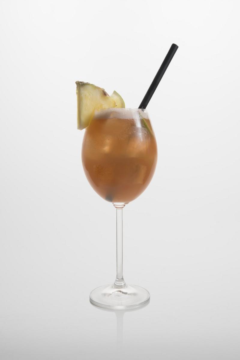 Mai Tai: brauner Rum, weißer Rum, Apricot brandy, Lime Cordial, Mandelsirup, Limettensaft,