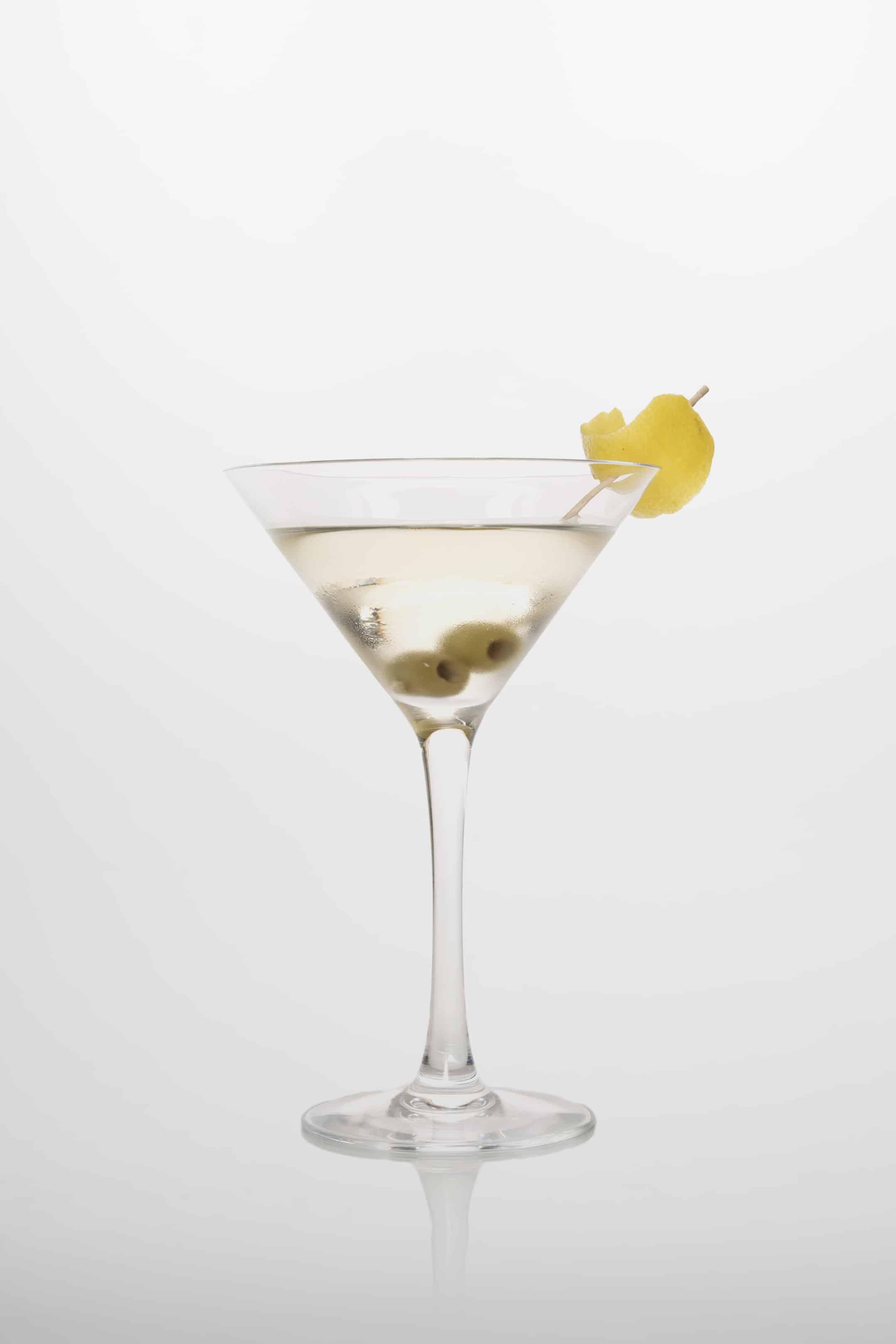 Martini Cocktail: Gin, weißer Wermut, Zitronenschale oder Olive.