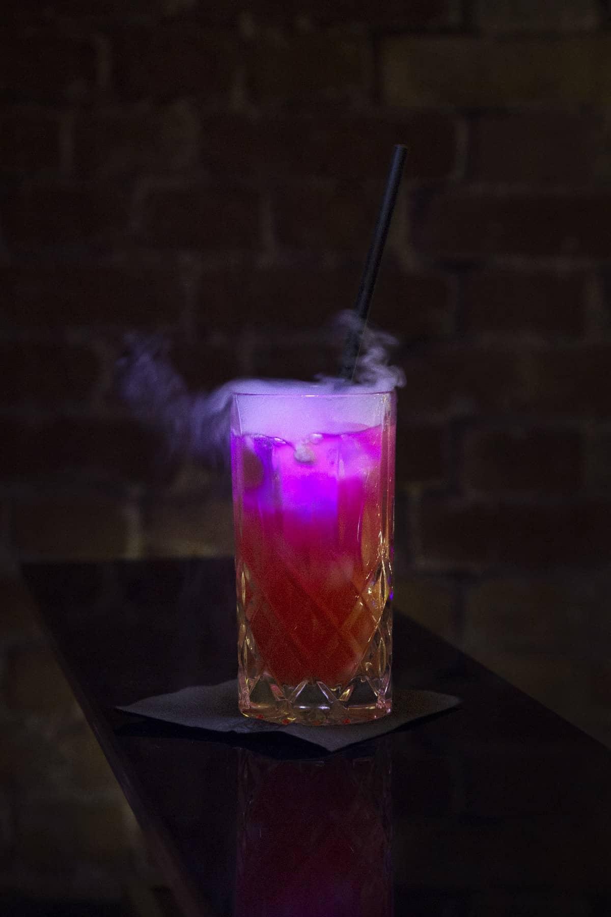 Pink Panther Rezeptur: Vodka, Grenadine, Zitronensaft, Pfirsichpüree, Orangensaft, trockemeis, LED Eiswürfel