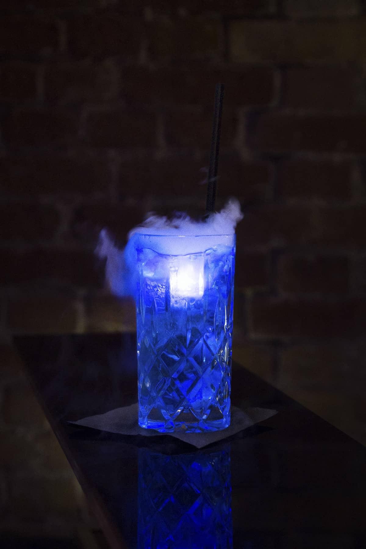 Rezeptur Blue Electric Vodkam Blue Curacao, Tonic Wasser, Trockeneis, LED Eiswürfel